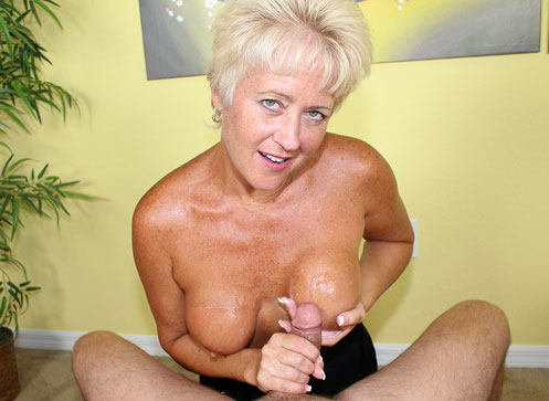 Handjob in 3d Horny milf Tracy giving handjob in 3D.